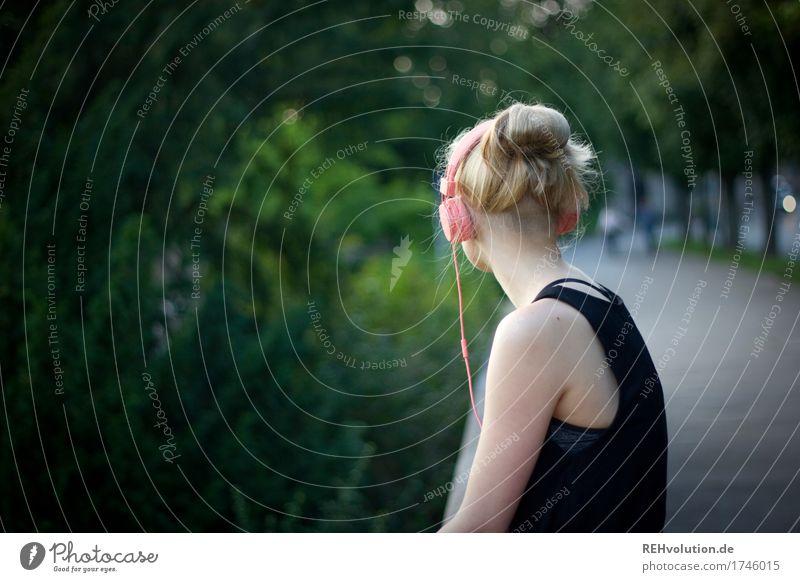 Alexa | Cityhipster Mensch feminin Kopf Haare & Frisuren 1 18-30 Jahre Jugendliche Erwachsene Musik Musik hören Medien Umwelt Natur Baum Park Kleinstadt Stadt