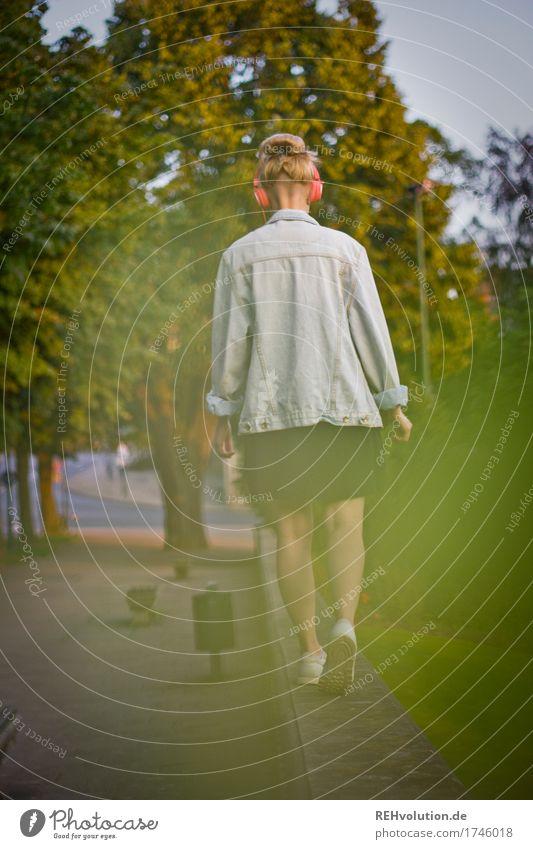 Alexa | Cityhipster Mensch maskulin Junge Frau Jugendliche Erwachsene 1 18-30 Jahre Jugendkultur Musik Musik hören Medien Kleinstadt Stadt Stadtzentrum Platz