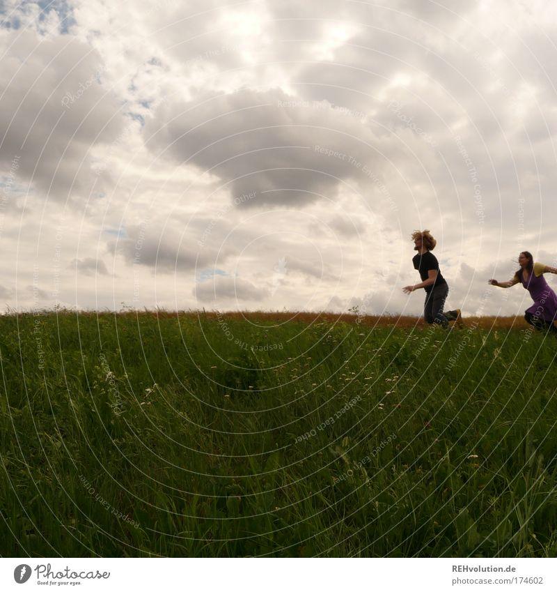 Dich reizt die Jagd sonst nichts. Mensch Himmel Jugendliche Freude Wolken Erwachsene Wiese Spielen Bewegung Glück springen Paar Freundschaft Gesundheit Kraft