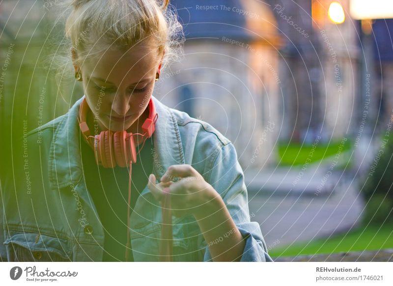 Alexa | Cityhipster Lifestyle Stil Freizeit & Hobby Student Mensch feminin Junge Frau Jugendliche Erwachsene Leben 1 18-30 Jahre Musik hören Medien Sommer