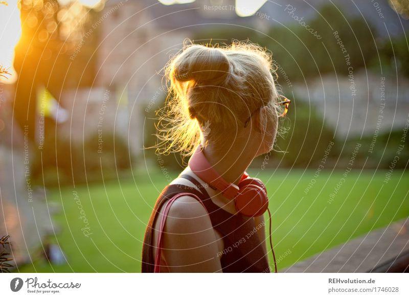 Alexa | Cityhipster Frau Mensch Jugendliche Junge Frau Stadt schön 18-30 Jahre Erwachsene feminin außergewöhnlich Haare & Frisuren Kirche blond Musik warten