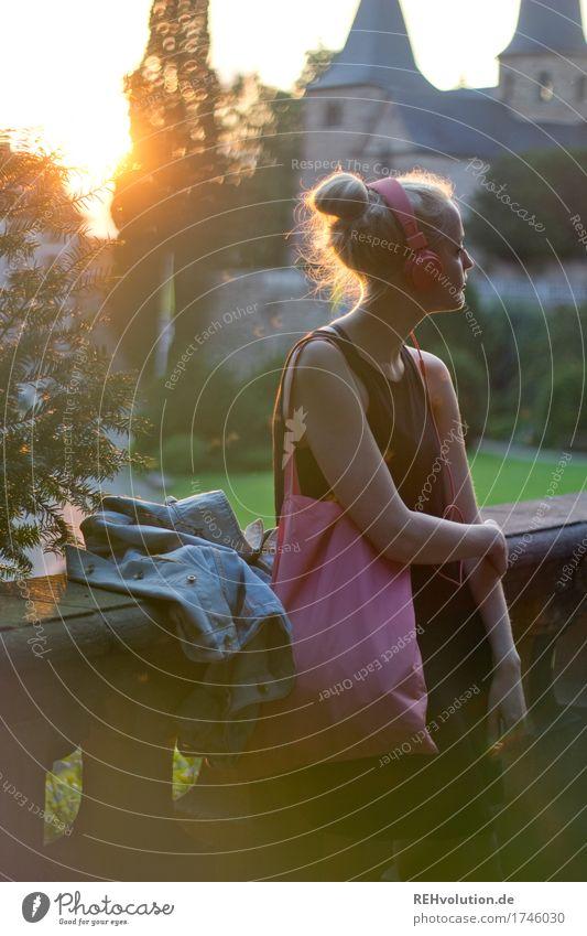 Alexa | Cityhipster Mensch Jugendliche Junge Frau schön 18-30 Jahre Erwachsene Wand Lifestyle feminin Stil Mauer Haare & Frisuren Design rosa blond Musik
