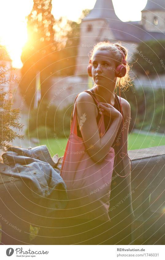 Alexa | Cityhipster Mensch feminin Junge Frau Jugendliche Erwachsene 1 18-30 Jahre Kultur Jugendkultur Musik Musik hören Medien Kleinstadt Stadtzentrum Kirche