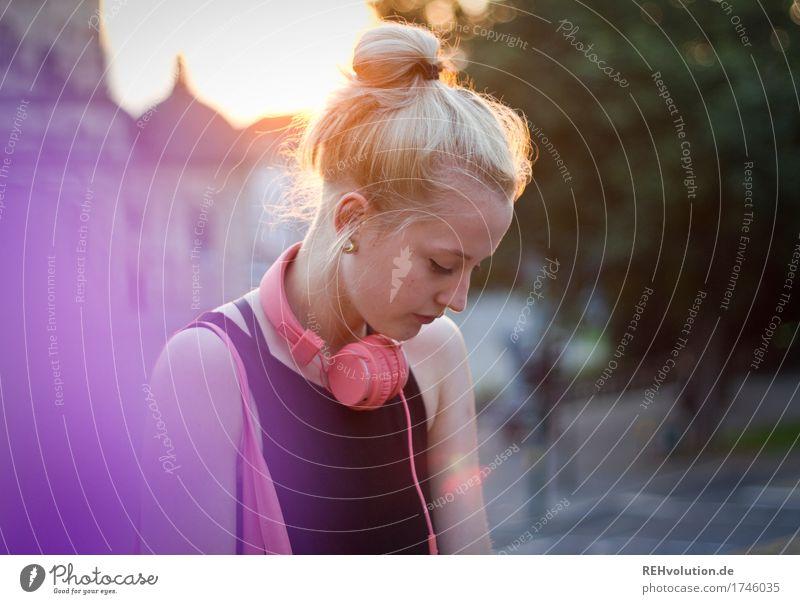 Alexa   Cityhipster Mensch Frau Jugendliche Stadt Einsamkeit 18-30 Jahre Gesicht Erwachsene Traurigkeit feminin Stil Haare & Frisuren Design Kirche blond Musik