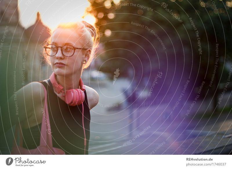 Alexa | Cityhipster Mensch feminin Junge Frau Jugendliche Erwachsene Gesicht 1 18-30 Jahre Musik hören Medien Kleinstadt Stadt Stadtzentrum Dom Straße Brille