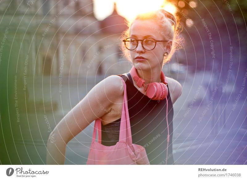 Alexa | Cityhipster Mensch feminin Junge Frau Jugendliche Gesicht 1 18-30 Jahre Erwachsene Stadt Stadtzentrum Kirche Dom Platz Gebäude Piercing Brille