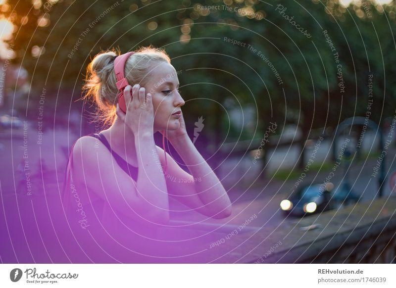klangfarbe | lila Mensch feminin Junge Frau Jugendliche Erwachsene 1 18-30 Jahre Musik Musik hören Medien Baum Kleinstadt Stadt Stadtzentrum Mauer Wand Straße