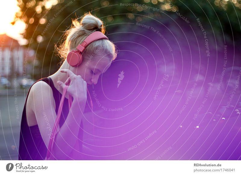 Junge Frau in der Stadt Kopfhörer lila Musik Jugendliche 18-30 Jahre Gesicht Jugendkultur Kultur Design Stil Haare & Frisuren Sorge Traurigkeit violett