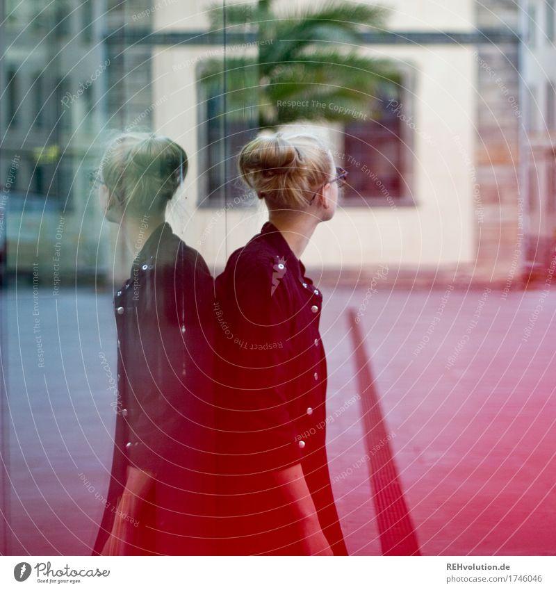 Alexa | Cityhipster Lifestyle kaufen Mensch feminin Junge Frau Jugendliche 1 18-30 Jahre Erwachsene Kleinstadt Stadt Stadtzentrum Fußgängerzone Platz Mode Jacke