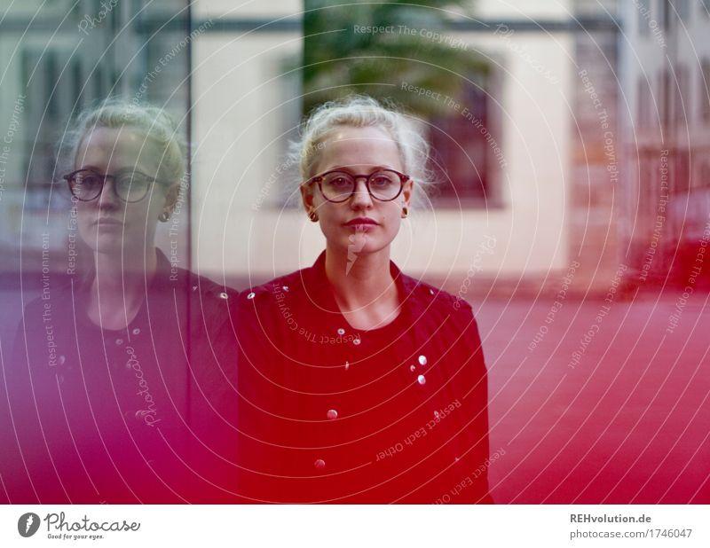 Junge Frau mit Brille in der Stadt Mensch feminin Jugendliche 1 18-30 Jahre Erwachsene Kultur Jugendkultur Kleinstadt Stadtzentrum Fußgängerzone Jacke Piercing