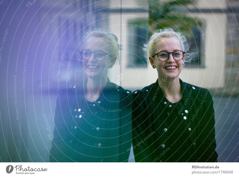 Alexa | Cityhipster Mensch feminin Junge Frau Jugendliche Gesicht 1 18-30 Jahre Erwachsene Kleinstadt Stadtzentrum Fußgängerzone Brille blond langhaarig Zopf
