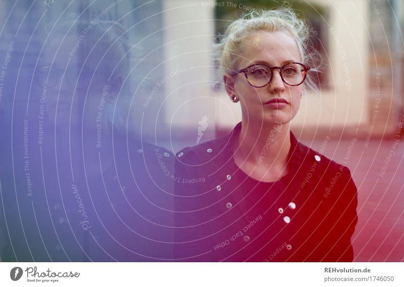 Alexa | Cityhipster Mensch Jugendliche Stadt schön Junge Frau rot Einsamkeit 18-30 Jahre Gesicht Erwachsene Traurigkeit feminin außergewöhnlich Haare & Frisuren