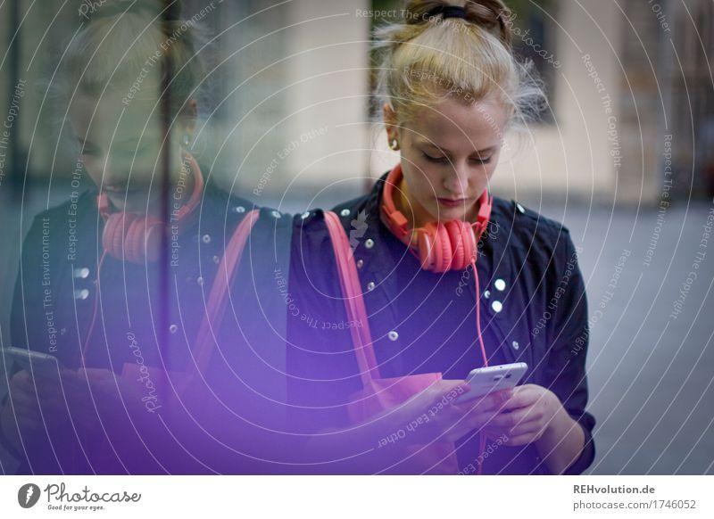 Alexa | Cityhipster Mensch Jugendliche Junge Frau Stadt schön 18-30 Jahre Erwachsene Lifestyle feminin Stil außergewöhnlich rosa Freizeit & Hobby blond Kommunizieren authentisch