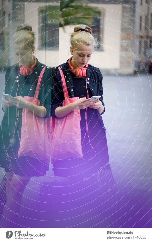 Alexa | Cityhipster Mensch Jugendliche Stadt schön Junge Frau 18-30 Jahre Erwachsene Lifestyle feminin Stil blond stehen warten kaufen Jugendkultur Kleid