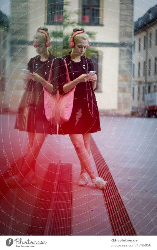 Alexa | Cityhipster Mensch Jugendliche Stadt schön Junge Frau Einsamkeit 18-30 Jahre Erwachsene Traurigkeit Lifestyle feminin blond stehen warten Kultur