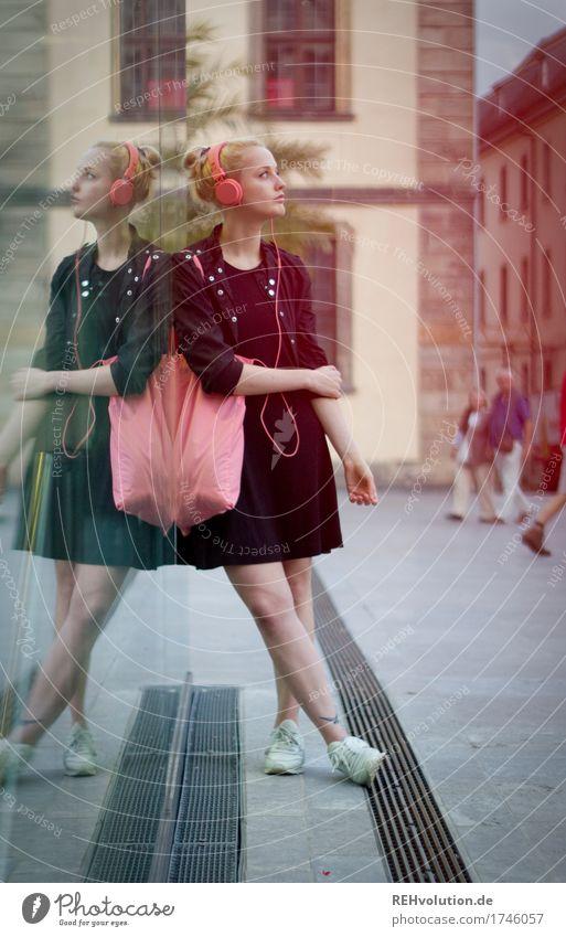 Alexa | Cityhipster Mensch Jugendliche Stadt schön Junge Frau Einsamkeit 18-30 Jahre Erwachsene Lifestyle feminin Stil Freizeit & Hobby Glas blond Musik