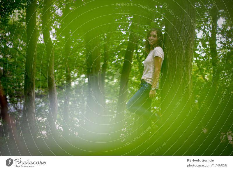 Julia   im Wald Freizeit & Hobby Mensch feminin Junge Frau Jugendliche 1 18-30 Jahre Erwachsene Umwelt Natur Landschaft Baum T-Shirt Jeanshose Lächeln stehen