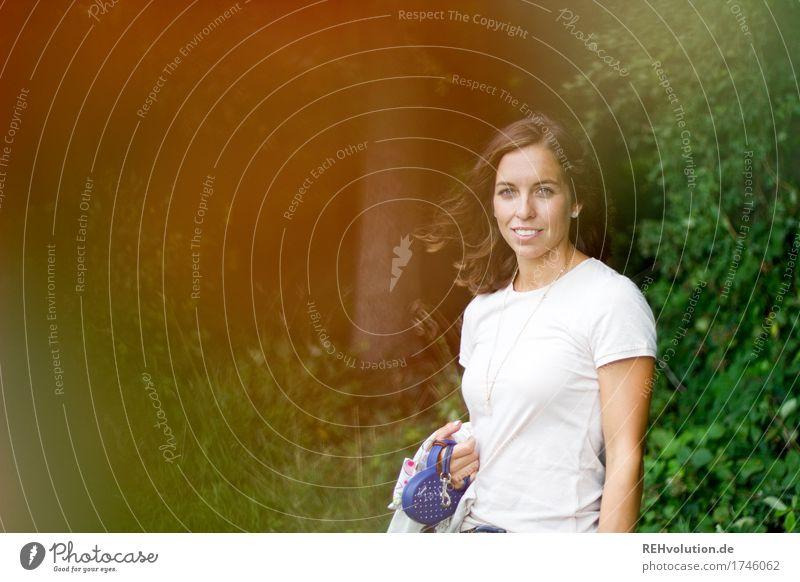 Julia   Junge Frau steht am Wald Mensch Natur Jugendliche schön grün Landschaft Baum 18-30 Jahre Lifestyle Erwachsene Umwelt feminin Zufriedenheit
