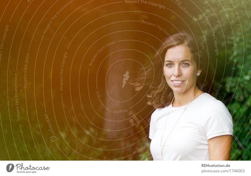Julia | im Wind am Wald Ausflug Mensch feminin Junge Frau Jugendliche Gesicht 1 18-30 Jahre Erwachsene Umwelt Natur Sommer Baum Sträucher brünett langhaarig