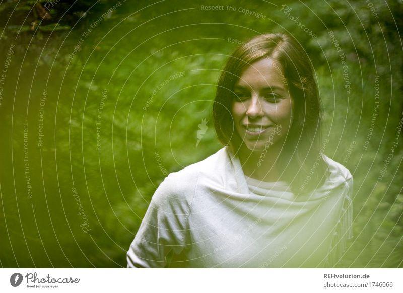 Julia | im Wald Mensch feminin Junge Frau Jugendliche Gesicht 1 18-30 Jahre Erwachsene Umwelt Natur Baum Sträucher brünett langhaarig beobachten Lächeln