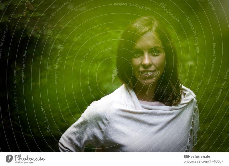 Julia | Waldportrait Mensch feminin Junge Frau Jugendliche Gesicht 1 18-30 Jahre Erwachsene Umwelt Natur brünett langhaarig Lächeln außergewöhnlich