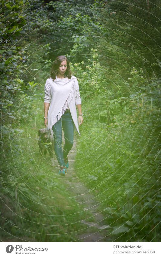 Julia | unterwegs mit Fritzi Mensch Hund Natur Jugendliche grün schön Junge Frau Landschaft Einsamkeit Tier Wald 18-30 Jahre Erwachsene Umwelt Traurigkeit
