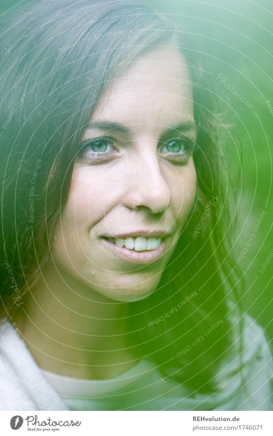 Julia Mensch Natur Jugendliche grün schön Junge Frau ruhig Freude 18-30 Jahre Gesicht Erwachsene Umwelt feminin Gesundheit Glück Zufriedenheit
