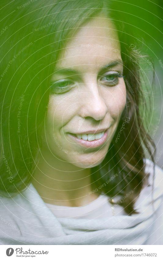 Julia | grün Mensch feminin Junge Frau Jugendliche Gesicht 1 18-30 Jahre Erwachsene Umwelt Natur Lächeln authentisch Freundlichkeit Fröhlichkeit Glück schön