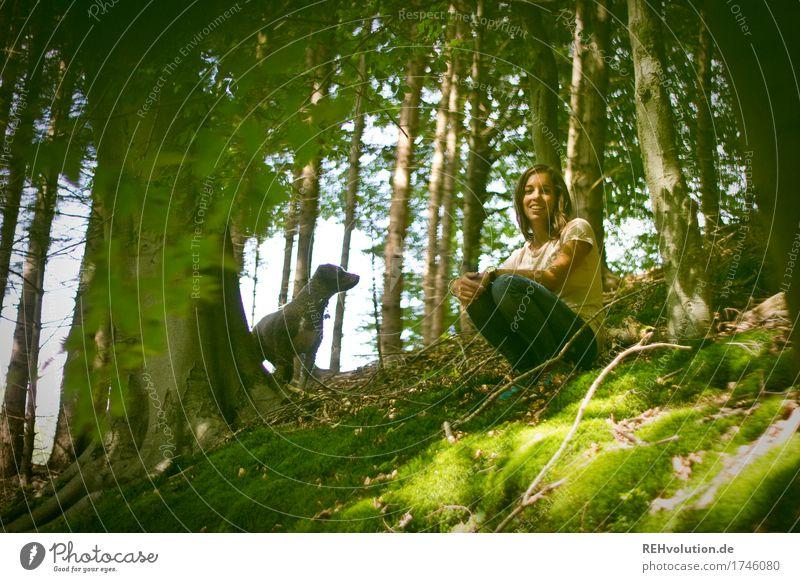 Julia und Fritzi | im Wald Mensch feminin Junge Frau Jugendliche 1 18-30 Jahre Erwachsene Umwelt Natur Pflanze Baum Tier Haustier Hund hocken Lächeln