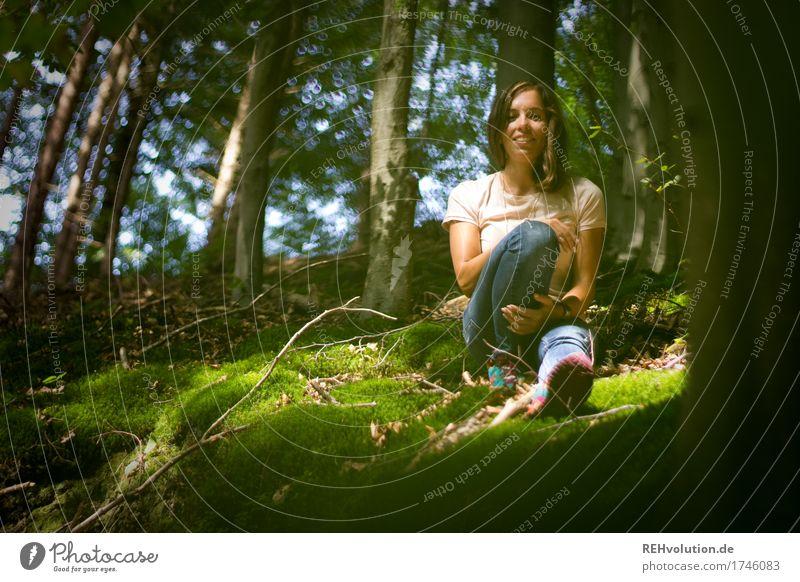 Julia | im Wald feminin Junge Frau Jugendliche 1 Mensch 18-30 Jahre Erwachsene Umwelt Natur Landschaft Sommer Baum Moos T-Shirt Jeanshose brünett langhaarig