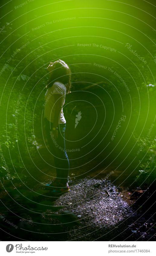 überwacht? Mensch Natur Jugendliche grün schön Junge Frau Baum Landschaft Wald 18-30 Jahre Erwachsene Umwelt Religion & Glaube feminin außergewöhnlich stehen