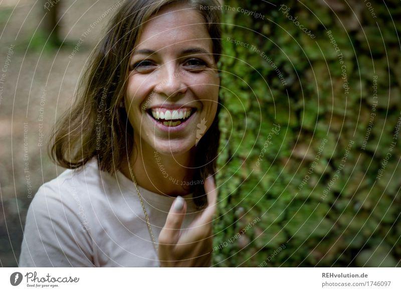 Julia | lacht Mensch feminin Junge Frau Jugendliche Gesicht 1 18-30 Jahre Erwachsene Umwelt Natur Baum Wald brünett langhaarig Lächeln lachen authentisch