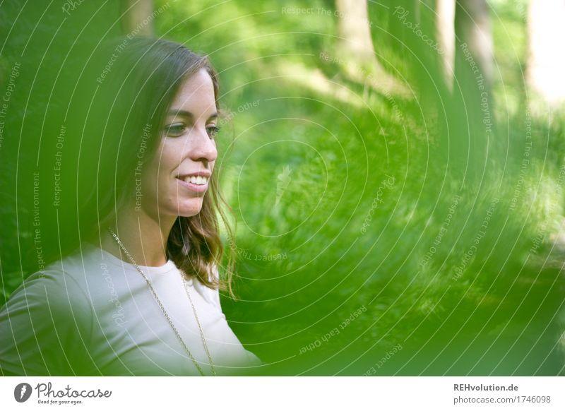 Julia | im Wald Mensch feminin Junge Frau Jugendliche Gesicht 1 18-30 Jahre Erwachsene Umwelt Natur Landschaft Pflanze Baum brünett langhaarig Lächeln