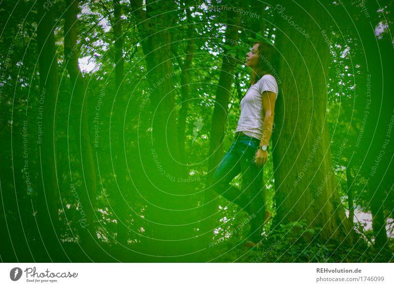 Julia | im Wald Freizeit & Hobby Ausflug Mensch feminin Junge Frau Jugendliche 1 18-30 Jahre Erwachsene Umwelt Natur Landschaft Baum T-Shirt Jeanshose Denken