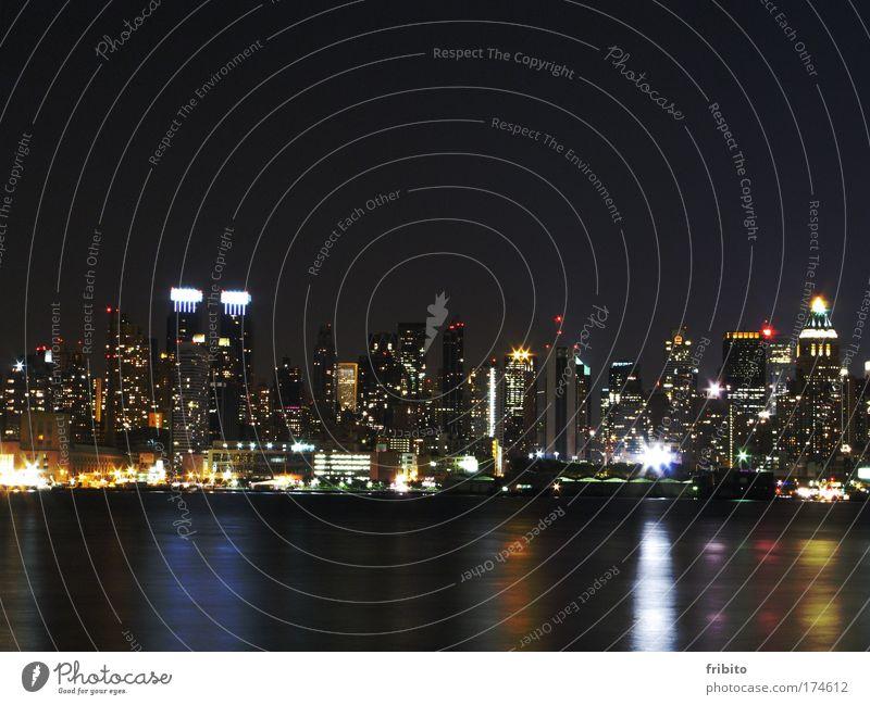 Skyline bei Nacht Farbfoto Außenaufnahme Menschenleer Kontrast Silhouette Reflexion & Spiegelung Langzeitbelichtung Zentralperspektive Vorderansicht