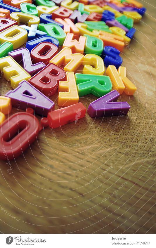 Buchstaben Farbe Spielen Schule Kindheit lernen Kindheitserinnerung Bildung Neugier schreiben Spielzeug Kreativität entdecken Wort Kindergarten Kindererziehung