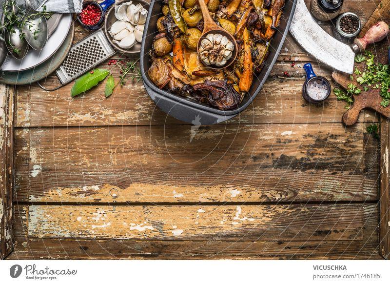 Geröstetes Gemüse Eintopf und Küchenutensilien Lebensmittel Fleisch Suppe Kräuter & Gewürze Öl Ernährung Mittagessen Büffet Brunch Festessen Slowfood Geschirr