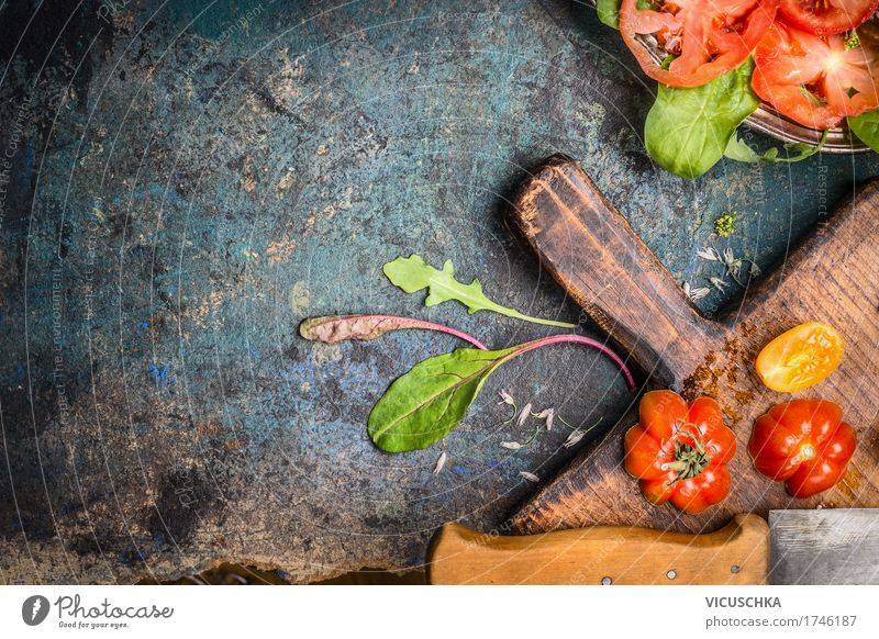 Frische Tomaten , Schneidebrett und Küchenmesser Gesunde Ernährung Foodfotografie Leben Stil Lebensmittel Design Häusliches Leben Tisch Kräuter & Gewürze Gemüse