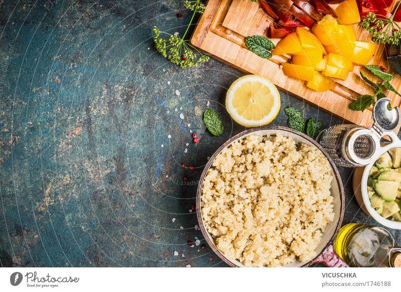 Gekochte Quinoa in Kochtopf mit gehackten vegetarischen Zutaten Lebensmittel Gemüse Getreide Kräuter & Gewürze Öl Ernährung Bioprodukte Vegetarische Ernährung