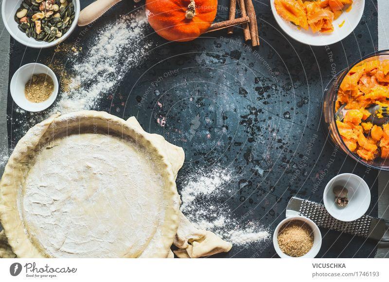 Kürbis-Kuchen Zubereitung auf Küchentisch Freude dunkel Leben Stil Lebensmittel Design Häusliches Leben Ernährung Tisch Kräuter & Gewürze Gemüse Bioprodukte