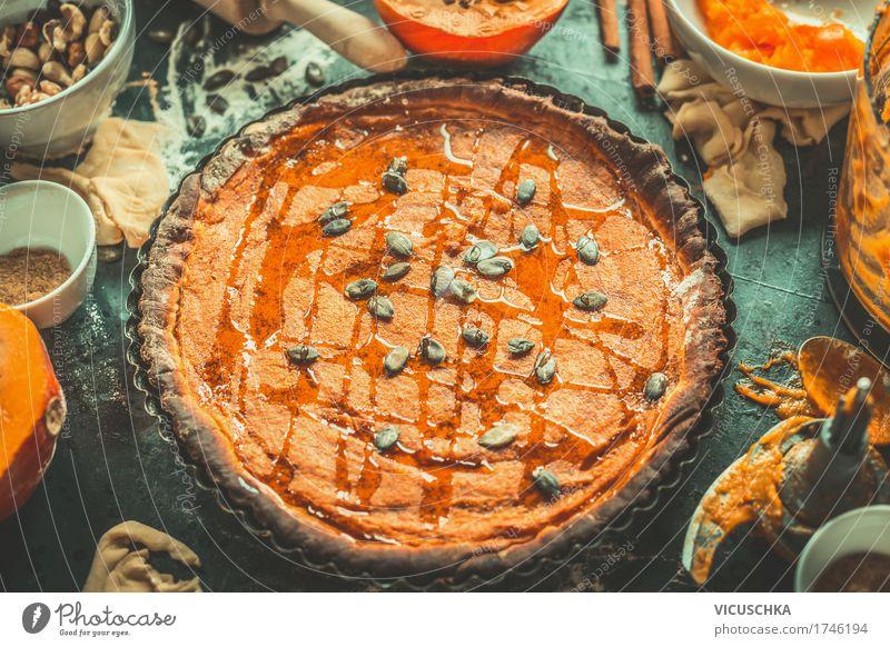 Kürbis Kuchen mit Zutaten Foodfotografie Herbst Stil Lebensmittel Design Häusliches Leben Ernährung Tisch Kräuter & Gewürze Küche Gemüse Bioprodukte Geschirr