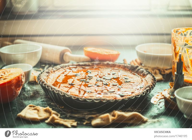 Kürbiskuchen auf Küchentisch am Fenster Lebensmittel Gemüse Kuchen Dessert Ernährung Festessen Bioprodukte Geschirr Stil Design Häusliches Leben Wohnung Tisch
