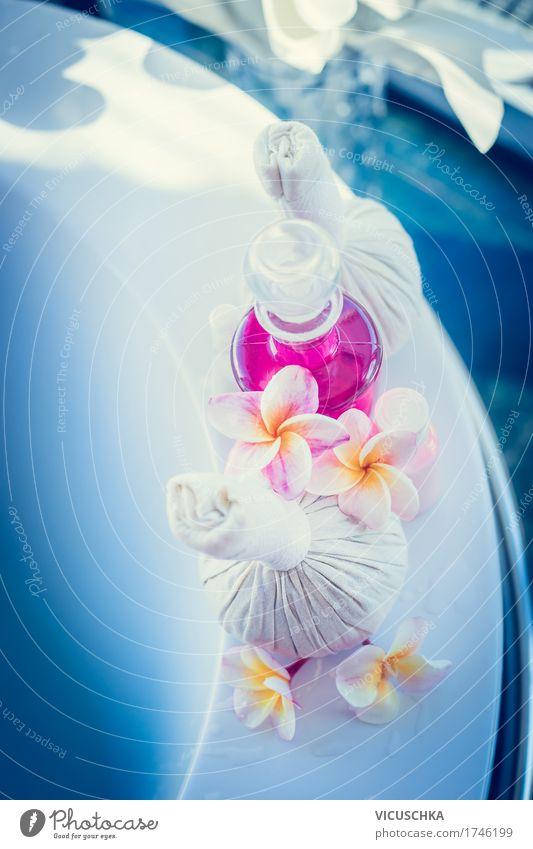 Badewanne mit Wellness Zubehör und Blumen Lifestyle Reichtum Stil Design schön Körperpflege Wohlgefühl Erholung Duft Spa Massage Häusliches Leben