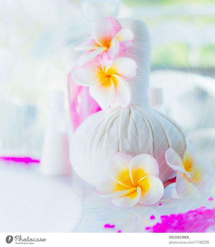 Wellness Set mit Frangipani Blumen Lifestyle Reichtum Design schön Körperpflege Kosmetik Erholung Spa Massage Sommer Sommerurlaub Bad Natur Blatt Blüte rosa