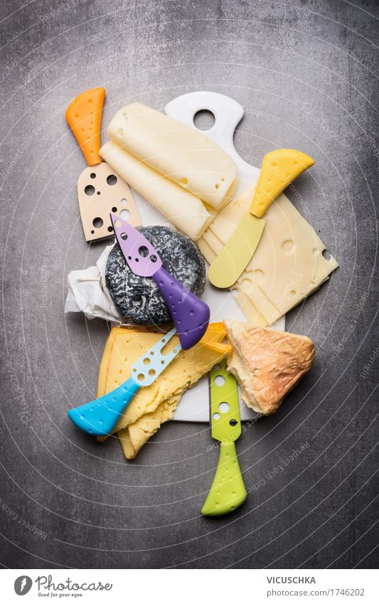 Käseplatte Lebensmittel Milcherzeugnisse Ernährung Messer Stil Design gelb Schneidebrett Foodfotografie Essen Käsemesser Auswahl Käsescheibe Farbfoto