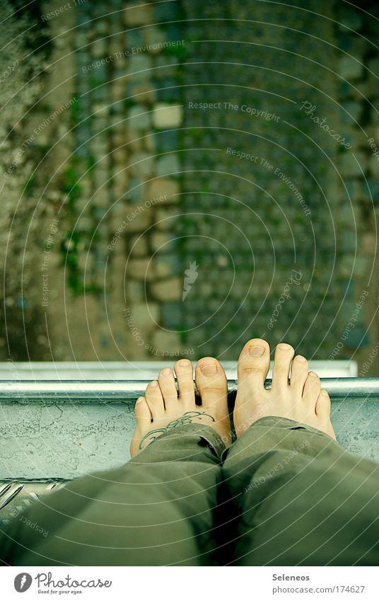 Höhenflug Farbfoto Außenaufnahme Textfreiraum oben Vogelperspektive Mensch Beine Fuß 1 Haus Hochhaus Balkon Dach Dachrinne barfuß Metall fallen bedrohlich hoch