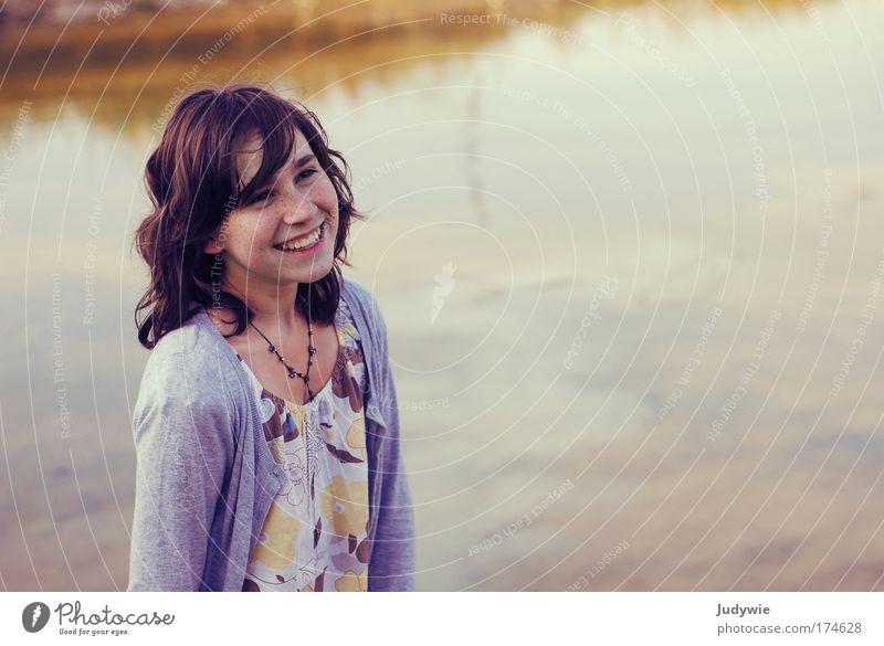 Am See Mensch Natur Jugendliche schön Kind Mädchen Sommer Freude Leben feminin Herbst Umwelt Gefühle Glück Stimmung
