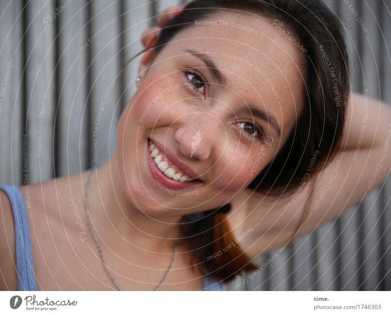 . feminin 1 Mensch Mauer Wand T-Shirt Schmuck Halskette brünett langhaarig beobachten lachen Blick Freundlichkeit Fröhlichkeit natürlich schön Freude Glück