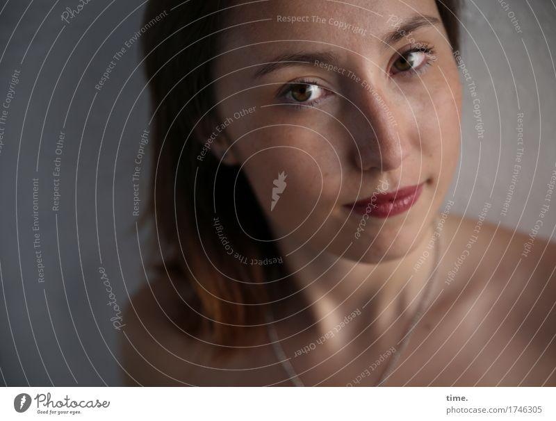 . feminin 1 Mensch Mauer Wand Halskette brünett langhaarig beobachten Denken Blick warten schön Zufriedenheit selbstbewußt Willensstärke Verschwiegenheit