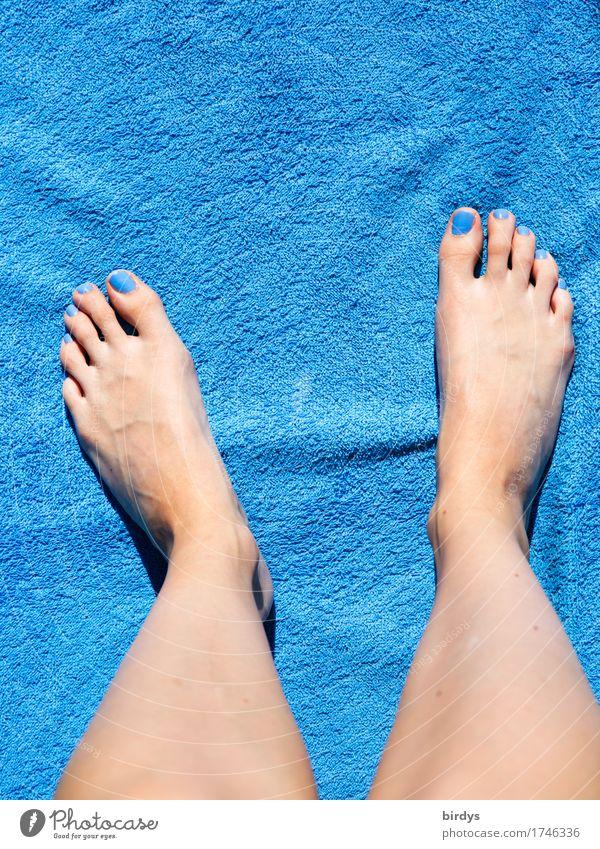 Klassiker in Blau Stil schön Nagellack Wellness Erholung Sommer feminin Jugendliche Beine Fuß 1 Mensch 18-30 Jahre Erwachsene Badetuch genießen ästhetisch